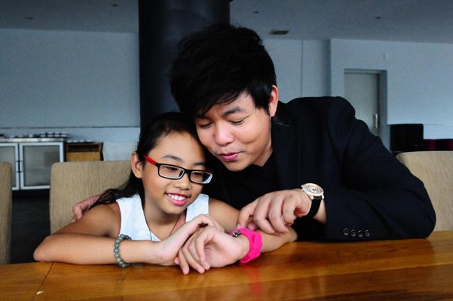 Quang Lê không chỉ là ca sĩ hải ngoại nổi tiếng, anh còn là cha nuôi của giọng ca nhí Phương Mỹ Chi. Nam ca sĩ không ngại chi khoản tiền lớn để mua đồng hồ hàng hiệu cho cô con gái nuôi.