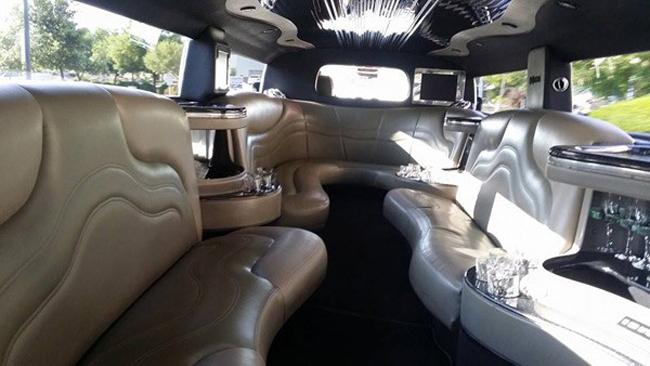 Trong một lần, Quang Lê chia sẻ hình ảnh chiếc xe thuộc dòng Limousine được anh dùng để đi diễn.