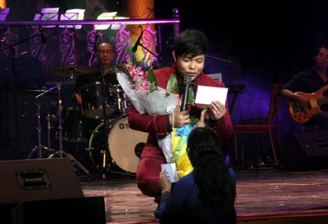 Nam ca sĩ cũng thường nhận được những món quà vật chất từ khán giả yêu mến.