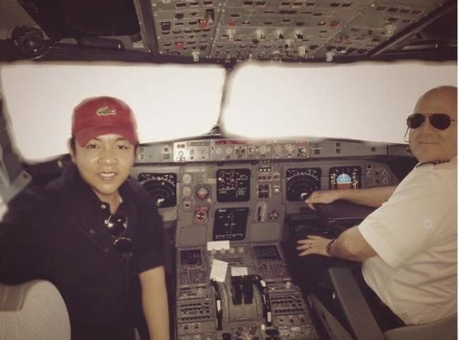 Quang Lê từng khoe hình ảnh ngồi cùng phi cơ trưởng trên máy bay.
