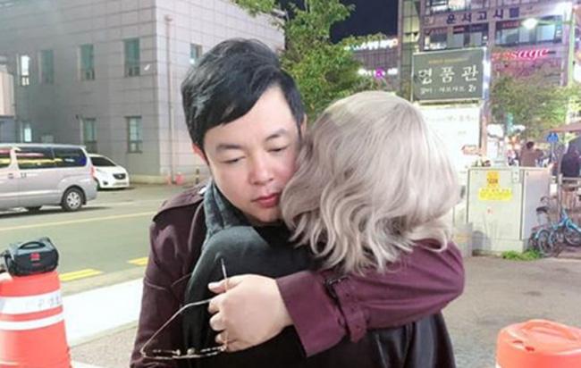 Nam ca sĩ thường có những chuyến du lịch nước ngoài. Mới đây nhất, anh có mặt ở Hàn Quốc.