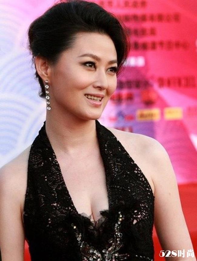 """Sau thành công của """"Thủy hử"""", Vương Tư Ý còn tham gia nhiều bộ phim truyền hình khác như: """"Công chúa Trang Cơ"""", """"Đại Đường ngự sử Tạ Dao Hoàn""""... Vài năm trở lại đây, thỉnh thoảng cô mới tham gia một vài vai diễn phụ trong phim truyền hình."""