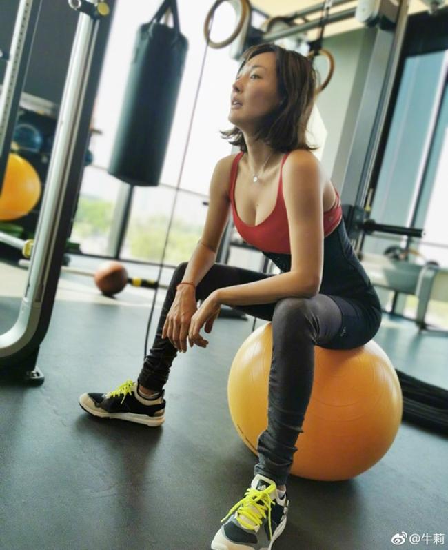 Ở tuổi 47, Ngưu Lợi vẫn giữ được vẻ tươi trẻ, thân hình thon gọn khiến nhiều cô gái ao ước. Khi rảnh rỗi, nữ diễn viên U50 thường dành thời gian ở phòng tập gym để rèn luyện thân thể.