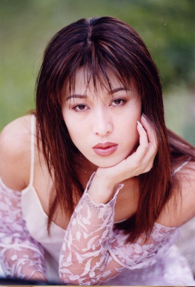 """Người đẹp họ Trịnh từng tham gia nhiều bộ phim như """"Thiên Long Bát Bộ"""" 2003 vai Dư Bà, """"Thành Cát Tư Hãn"""", """"Lục chỉ cầm ma"""", """"Võ Tắc Thiên"""" 1995...."""
