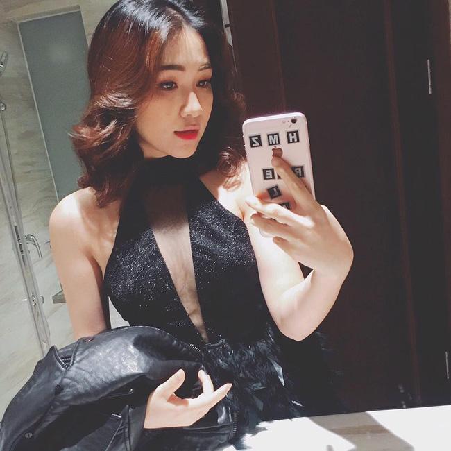 Kể từ sau khi giảm cân thành công, Hòa Minzy tự tin hơn về ngoại hình. Nữ ca sĩ trẻ thay đổi phong cách sang hướng gợi cảm, quyến rũ.