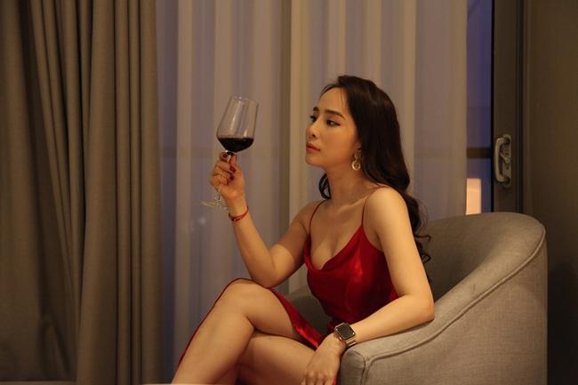 """Sau khi ly hôn, Quỳnh Nga trở lại màn ảnh với vai cô nàng """"tiểu tam"""" đáng ghét trong phim """"Về nhà đi con"""". Trang phục nữ diễn viên chọn gây nhiều tranh cãi khi rất gợi cảm, sang chảnh nhưng đôi lúc lại quá xuề xòa."""