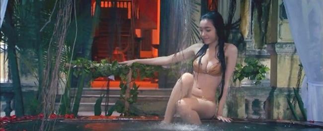 """Hot girl Elly Trần mặc bikini khoe vóc dáng nóng bỏng trong """"Bóng ma học đường""""."""
