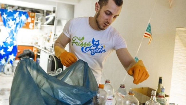 Tháng 9/2014, sau khi tốt nghiệp và chật vật tìm việc,Cirakoglu (sống ở Hà Lan) thành lập công ty dọn dẹp vệ sinh. Được biết, chàng trai có bằng thạc sĩ song vẫn không tìm đươc công việc như mong muốn.