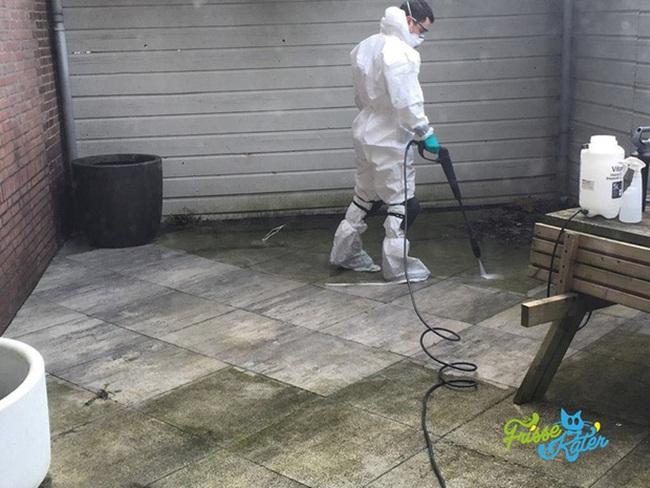 Tùy theo tính chất dọn dẹp mà anh có thể đưa ramức giá với khách. Ví dụ dọn sạch 150kg chất thải trong phòng tắm sẽ có mức giá 4.000 USD/ngày (~92 triệu đồng/ngày).