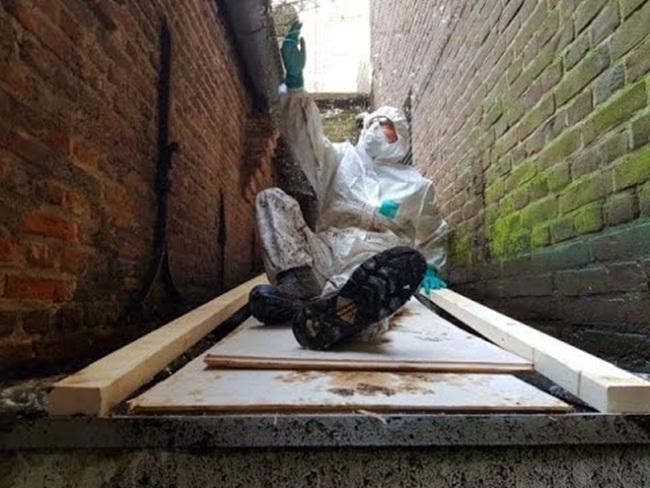Mùi hôi thối bốc lên dữ dội nhưngCirakoglu vẫn nhận làm. Chủ nhà chấp nhận trả mức giá cao nhất để dọn dẹp căn nhà một cách triệt để.