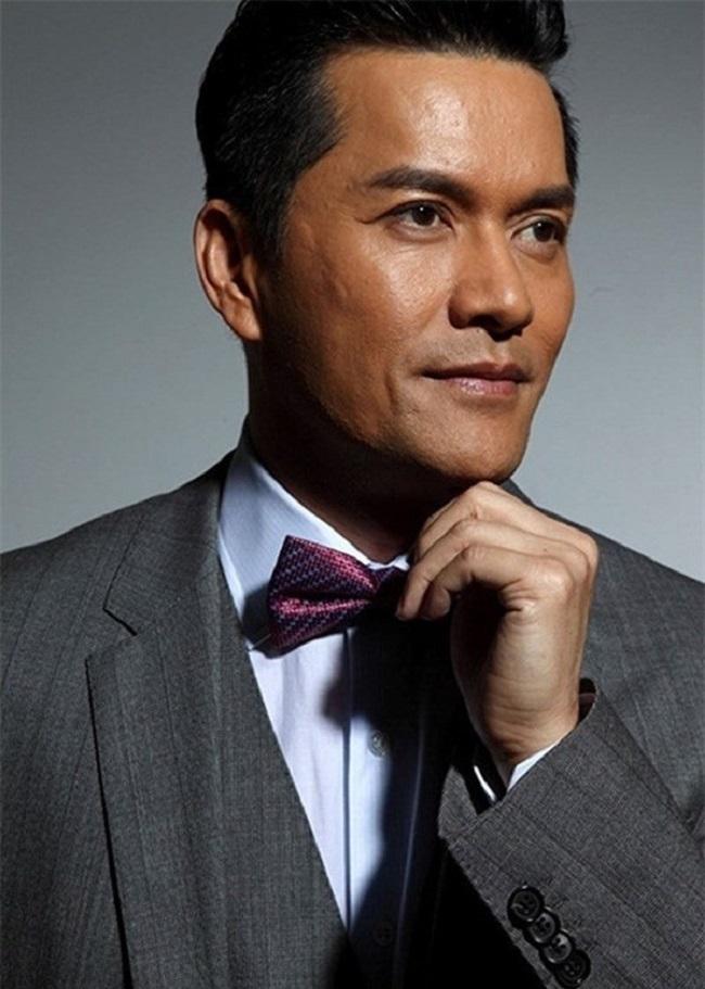 Nhờ tài năng diễn xuất, tài tử sinh ra tại Việt Nam đã được hãng TVB chiêu mộ và bắt đầu sự nghiệp diễn viên. Thập niên 90, ông là nam diễn viên được cả TVB và ATV hết sức ưu ái, trở thành sao nam nổi tiếng khắp Hong Kong và cả châu Á.