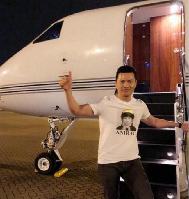Theo Sina, mỗi năm, ông thu về doanh số khoảng 200 triệu đến 400 triệu NDT. Tài sản hai vợ chồng ước tính vượt 1,5 tỷ NDT (tương đương 217 triệu USD). Ngoài ra, vợ chồng ông còn sở hữu rất nhiều xế sang, bất động sản và máy bay riêng.