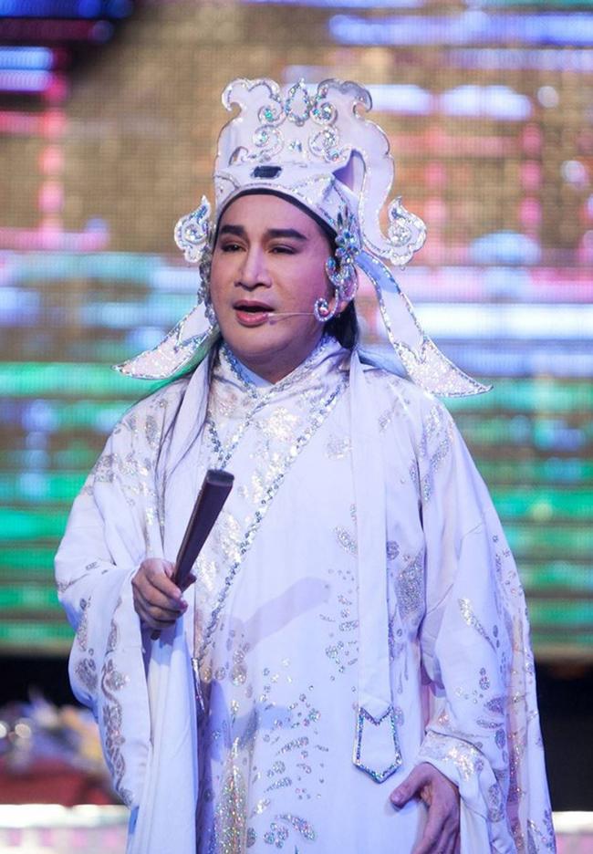 Là một trong những nghệ sĩ cải lương gạo cội của Việt Nam, Kim Tử Long luôn nhận được sự yêu mến của khán giả trên khắp cả nước. Tuy nhiên, scandal lớn nhất trong sự nghiệp của Kim Tử Long là bị khởi tố tội danh đánh bạc năm 2013.