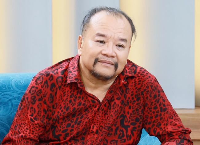 Một nam nghệ sĩ khác cũng phải trả giá đắt cho thói ham mê bài bạc của mình là danh hài Tam Thanh. Anh từng là diễn viên nổi tiếng trên các sân khấu hài kịch lớn nhỏ tại miền Nam.