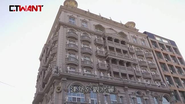 Hiện, ông có 4 vợ và 16 đứa con. Họ sống hòa thuận bên nhau trong một ngôi nhà lớn và sang chảnh. Tuy nhiên, ở Đài Loan (Trung Quốc) chế độ một vợ một chồng, không rõ liệu các bà vợ của ông chủ này có kết hôn hay đăng ký trước pháp luật hay không.