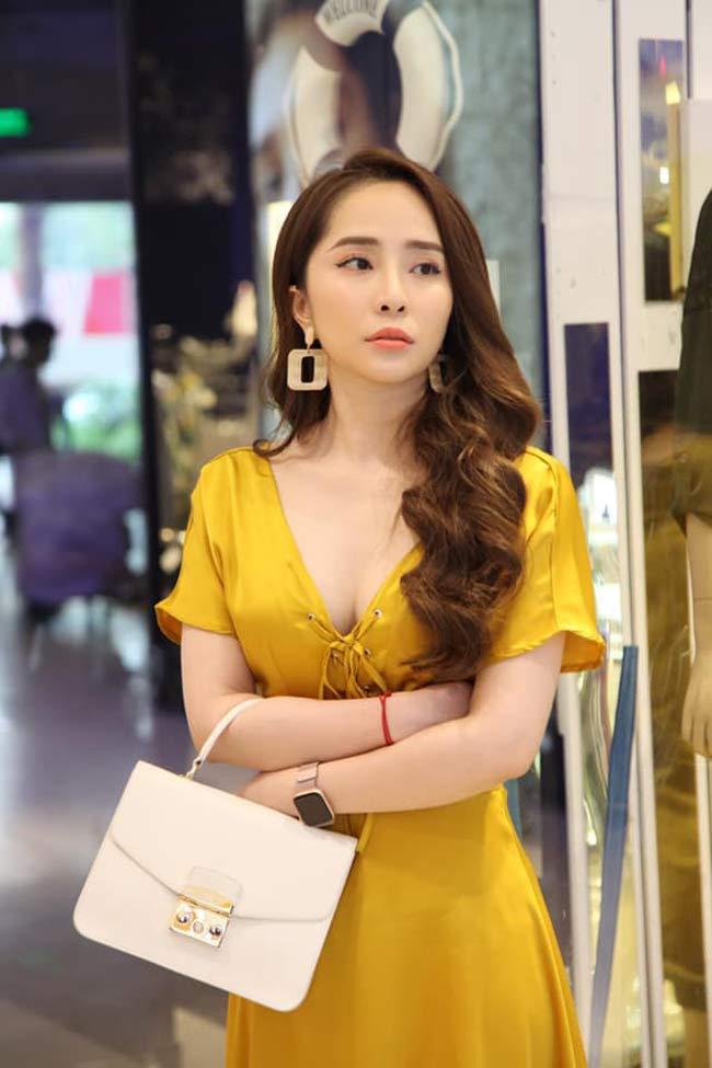 Cô thường lăng xê những mẫu váy áo nhẹ nhàng thanh lịch, nữ tính có khoét nhẹ để khoe vòng 1 khéo léo.