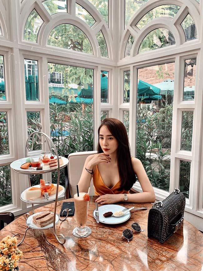 Gợi cảm, sexy nhưng không hở hang quá đà là điểm chung trong các trang phục của Quỳnh Nga.