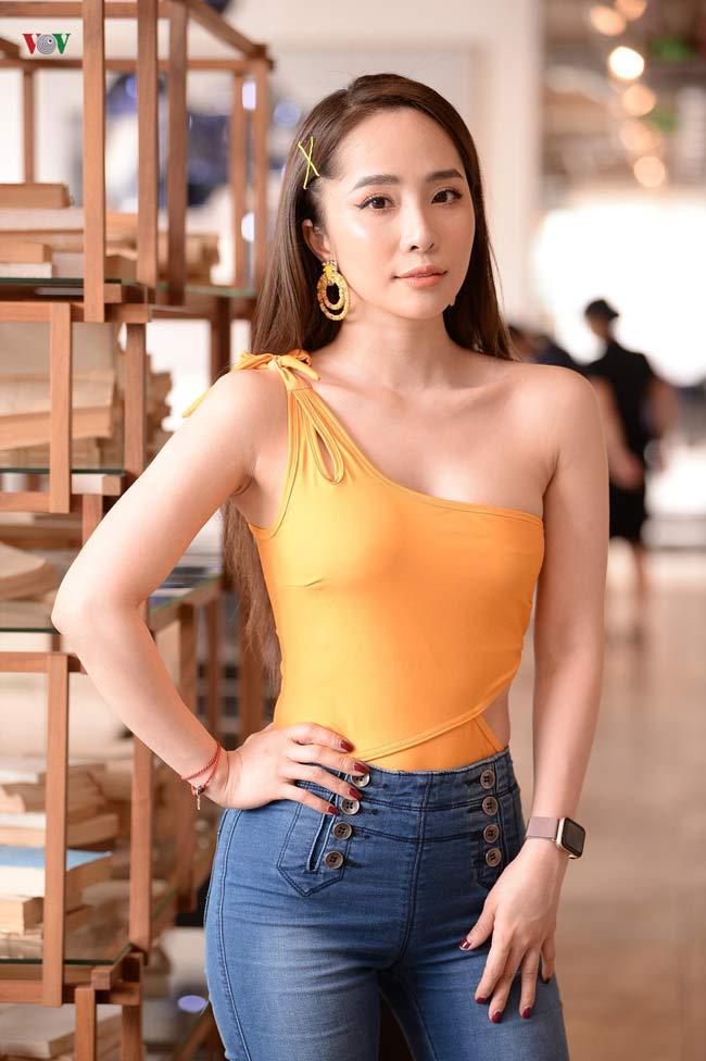 Mỹ nhân này thừa nhận bản thân có sở thích đặc biệt với màu vàng trong thời trang và tủ đồ của cô hầu hết đều màu vàng.