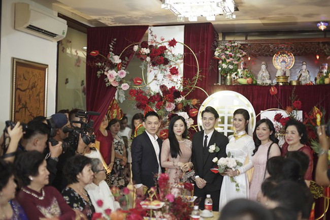 Cách đây 1 tuần, Đông Nhi và Ông Cao Thắng có cái kết đẹp bằng đám cưới thế kỷ, xa hoa.