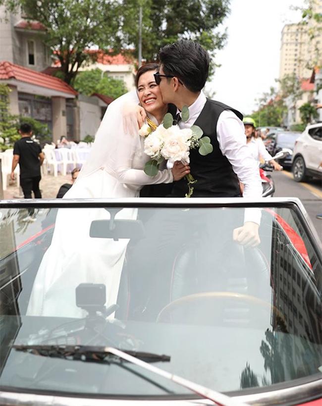 Trong ngày trọng đại, chú rể rước dâu bằng xe cổ, mui trần.