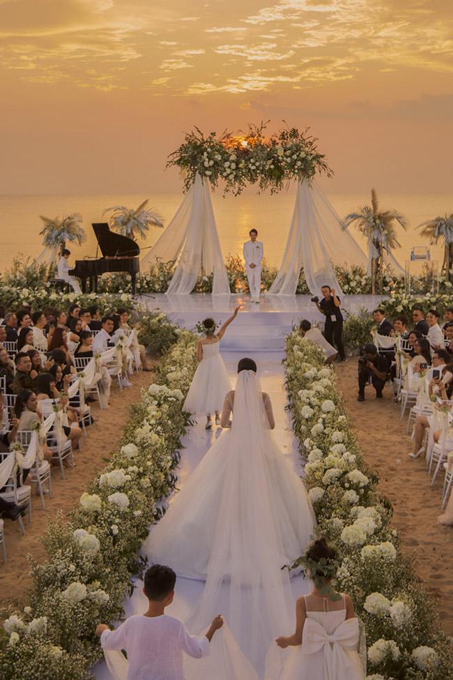 Sau lễ rước dâu, cặp đôi đãi tiệc tại Phú Quốc, với 500 khách mời. Theo một nguồn tin, cô dâu, chú rể đã chi 10 tỷ cho toàn bộ lễ cưới.
