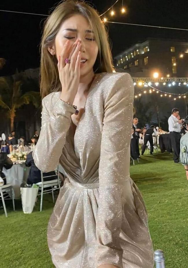 Trong đám cưới Đông Nhi, Khổng Tú Quỳnh chạm mặt tình cũ. MC Trấn Thành còn hài hước nhắn đến cả hai. Khoảnh khắc nữ ca sĩ khóc sưng mắt trong đám cưới bạn thân cũng được fan chia sẻ rộng rãi sau đó.
