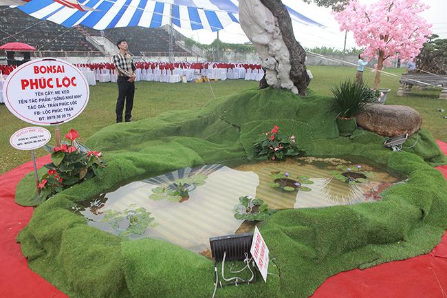 Bên dưới gốc cây có một tiểu cảnh giống phong cách của người Nhật.