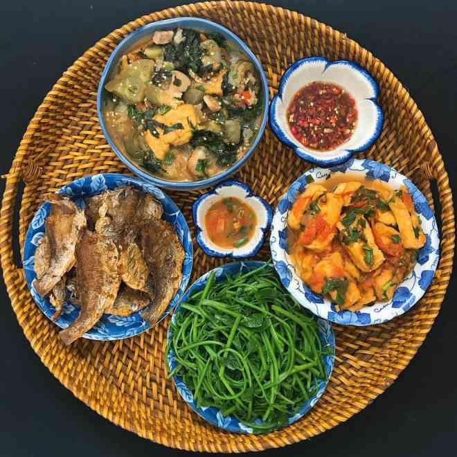 Mê tít mâm cơm đã ngon lại đẹp của mẹ đảm Hà thành, kéo cả chồng lẫn hai con trai vào bếp - 1