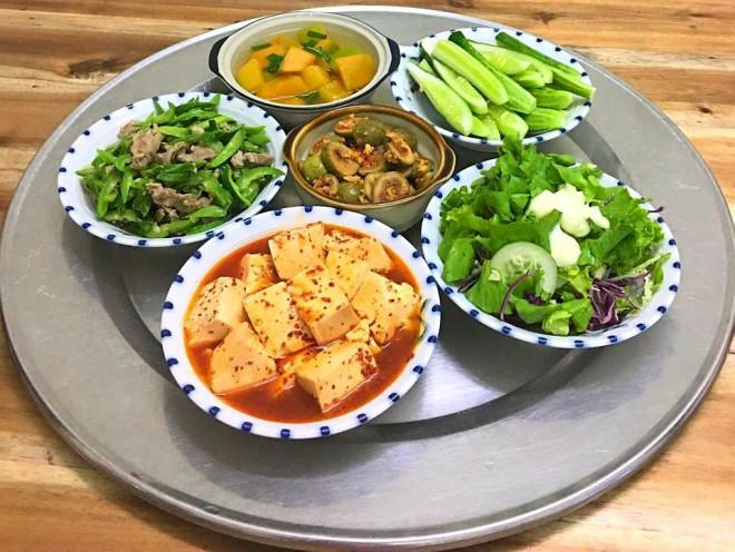 Mê tít mâm cơm đã ngon lại đẹp của mẹ đảm Hà thành, kéo cả chồng lẫn hai con trai vào bếp - 9