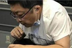Bác sĩ hút nước tiểu bằng miệng, cứu sống bệnh nhân 70 tuổi trên máy bay