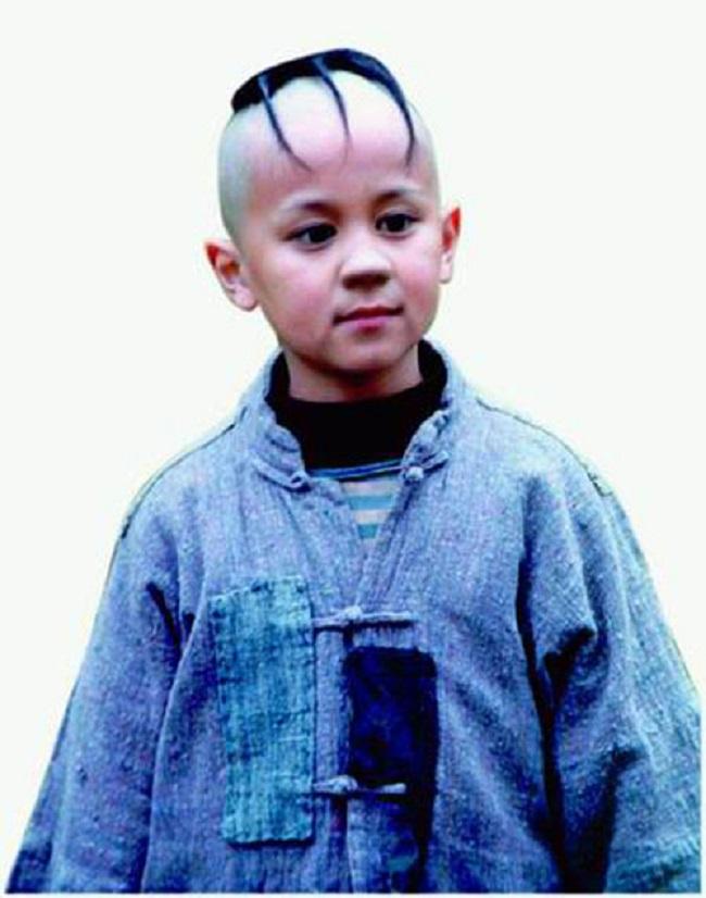 Đảm nhận vai Tam Mao chính là cậu bé Mạnh Trí Siêu (sinh năm 1987). Năm đó, Mạnh Trí Siêu mới là học sinh lớp 3 và không hề có kinh nghiệm diễn xuất. Thế nhưng nhờ sự lém lỉnh, cậu đã đánh bại hơn 6000 đối thủ để trở thành cậu bé Tam Mao nổi tiếng.