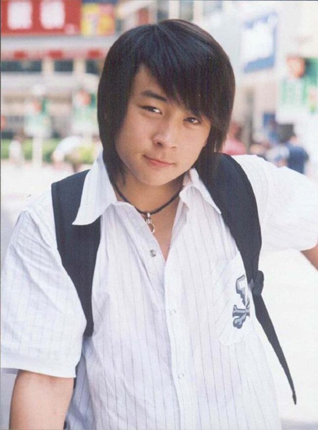 Năm 2003, sau khi hoàn thành vai diễn Trương Vô Kỵ thời trẻ trong Ỷ Thiên Đồ Long Ký, Thích Tiểu Long đột ngột rút khỏi màn ảnh, sang Mỹ du học để trau dồi thêm kiến thức.