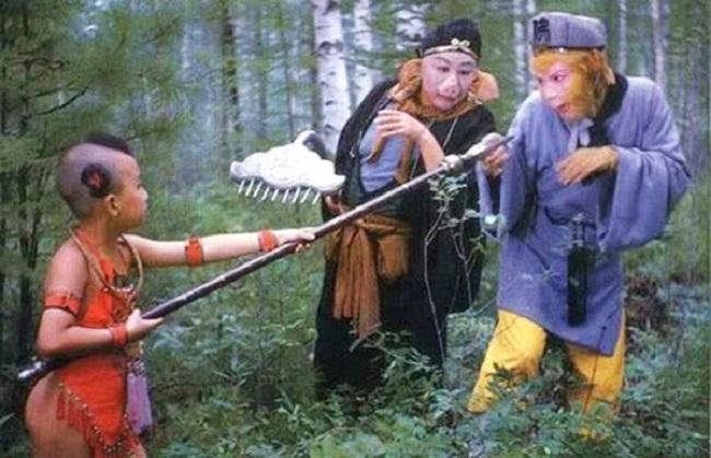 8 tuổi, Triệu Hân Bồi theo đoàn phim Tây Du Ký đóng vai Hồng Hài Nhi. Dù còn nhỏ tuổi nhưng đạo diễn Dương Khiết cùng ê kíp đã dành nhiều lời khen ngợi cho Triệu Hân Bồi. Nhiều người khâm phục sự chuyên nghiệp của cậu bé và hy vọng sau này lớn lên cậu sẽ là ngôi sao tài năng, có tương lai rộng mở.
