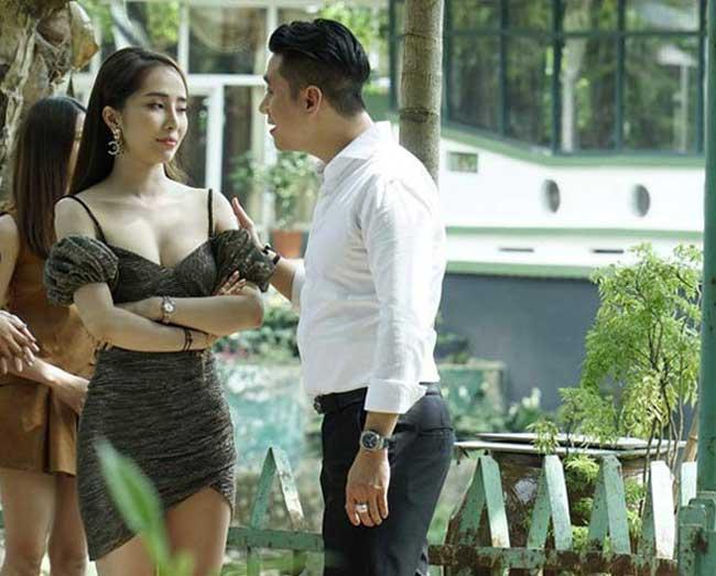 Trong bộ phim, cô sử dụng nhiều trang phục gợi cảm nhằm toát lên hình tượng người phụ nữ lẳng lơ giật chồng, đi khách...