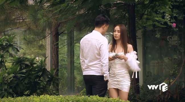 Theo như Quỳnh Nga chia sẻ, trang phục của Quỳnh Trinh quá sẽy, vì thế cô phải sắm mới hoàn toàn.