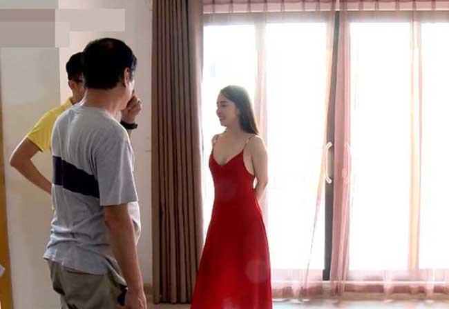"""... hay váy ngủ 2 dây buông lơi được phát huy từ """"Nhã"""", tới """"Quỳnh Trinh"""". Chỉ có điều Quỳnh Nga khẳng định, vai diễn mới của cô mặc sexy gấp trăm lần vai Nhã."""