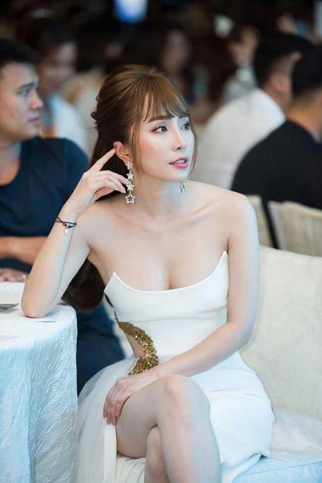Cô thường chọn váy đầm khoe được thềm ngực đầy, tôn eo.