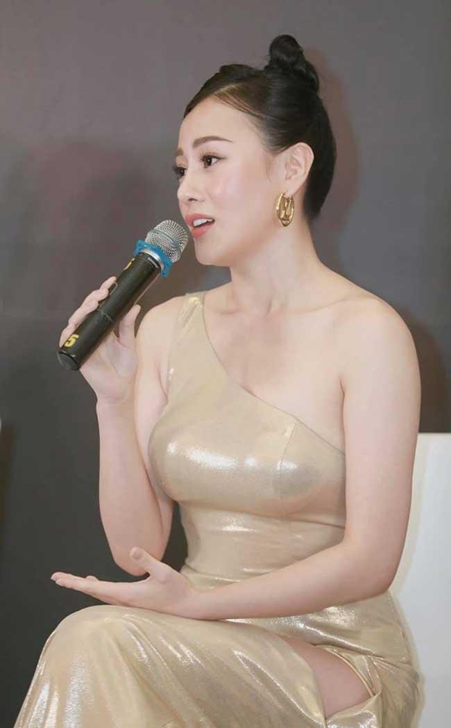 Nếu như Quỳnh búp bê ăn vận không quá táo bạo, thì ngoài đời Phương Oanh yêu thích style mặc có phần gợi cảm hơn.