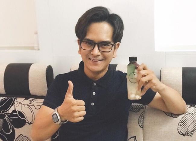 Hùng Thuận hiện bán hàng online trên mạng xã hội. Ở trang cá nhân, nam diễn viên chia sẻ nhiều hình ảnh mặt hàng thời trang, mỹ phẩm.... mà anh đang bán.