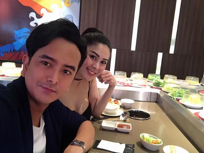 Hùng Thuận và bạn gái DJ khoe ảnh đi ăn nhà hàng. Nói về dự tính kết hôn, DJ Mimo cho biết, cả hai đợi nhà cửa ổn định rồi mới tính đến chuyện cưới xin và sinh con.