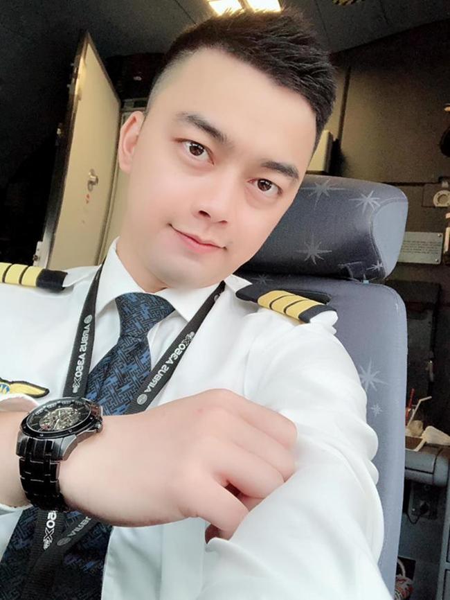Sau khi trưởng thành, nam diễn viên sinh năm 1987 không theo đuổi con đường diễn xuất mà ngược lại anh được gia đình định hướng trở thành phi công.