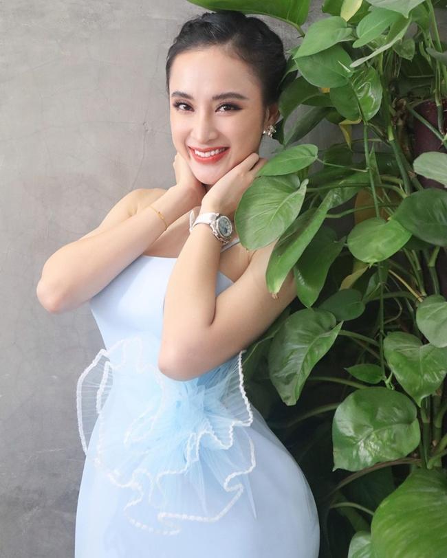 Sau một thời gian bị chỉ trích vì ăn mặc phản cảm, đi hát ở quán bar, Angela Phương Trinh của hiện tại đã thay đổi theo phong cách kín đáo, thanh lịch hơn.