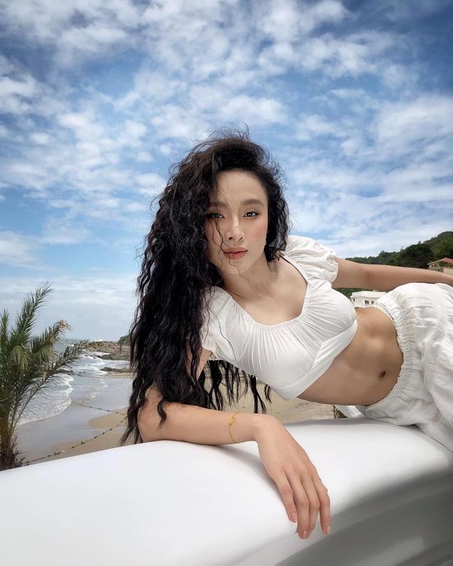 Người đẹp 9X có cuộc sống đủ đầy với căn hộ cao cấp ở Sài Gòn, có xe hơi riêng làm phương tiện đi lại. Trước tuổi U30, Angela Phương Trinh đã có trong tay khối tài sản khổng lồ song cô hiếm khi khoe khoang trên mạng xã hội.