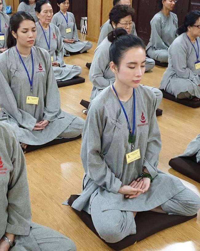Angela Phương Trinh của hiện tại tích cực tham gia các khóa tu tập, thiền và hoạt động thiện nguyện.