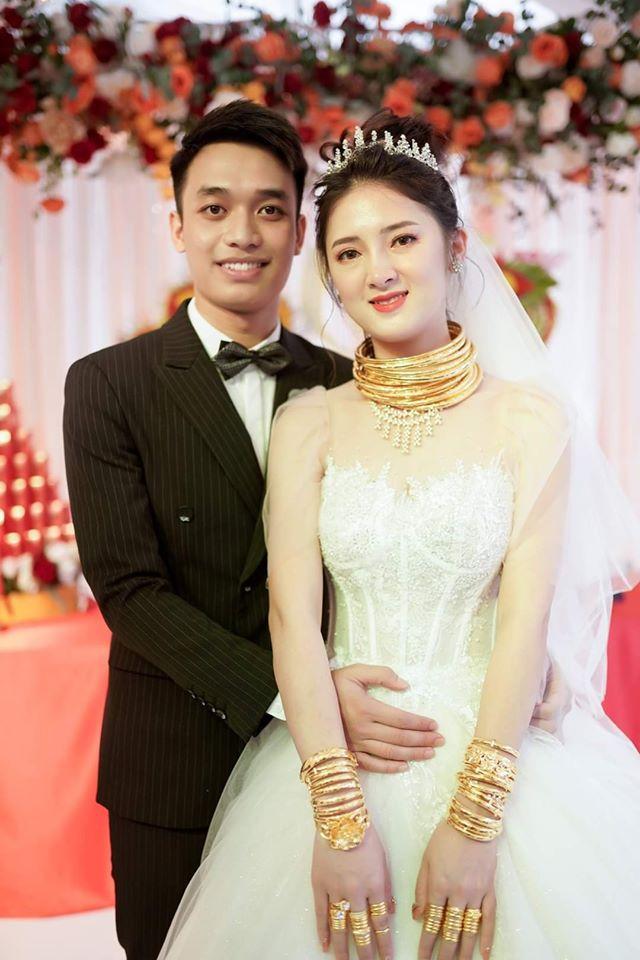 Cô dâu đeo vàng trĩu cổ, người thân phải bốc cả vốc vàng