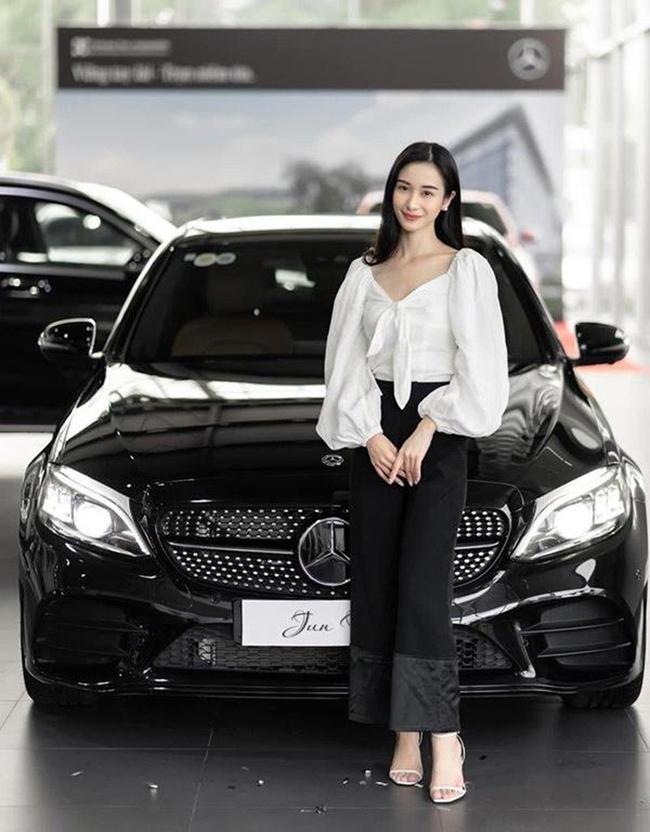 Jun Vũ tên thật là Vũ Phương Anh. Cô định cư tại Thái Lan từ năm 15 tuổi và có bằng cử nhân Quản trị kinh doanh tại Thái Lan.