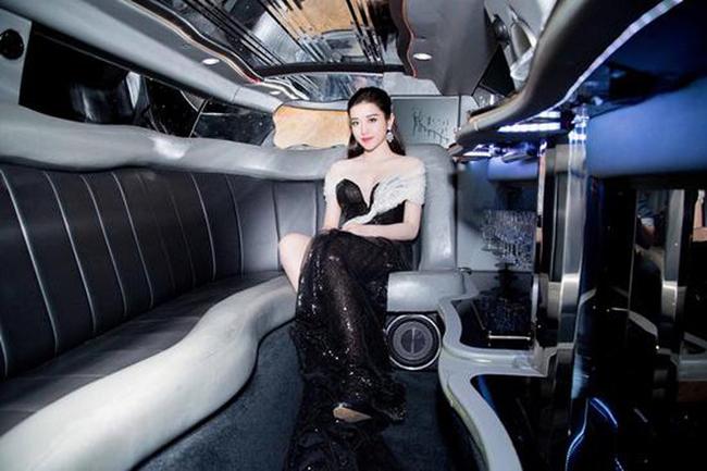 Dù thường được bố mẹ đưa đón bằng xe sang nhưng cô vẫn tậu một chiếc Mercedes-Benz S400L có giá khoảng 3,6 tỷ đồng khi mới 20 tuổi.