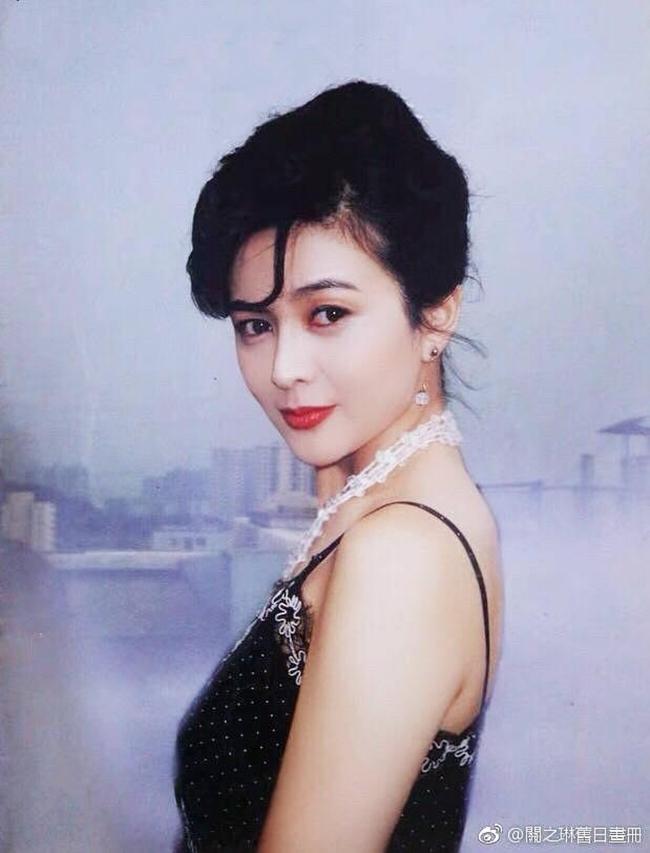 Năm 18 tuổi, Quan Chi Lâm gia nhập làng giải trí sau khi cha mẹ ly hôn, kinh tế gia đình đi xuống. Với nhan sắc trời phú, người đẹp xứ Cảng nhanh chóng thu hút được sự chú ý của giới truyền thông và cả các đại gia giàu có. 20 tuổi, nữ diễn viên trẻ quyết định kết hôn với đại gia hơn 18 tuổi - Vương Quốc Tinh bất chấp sự phản đối của cha mẹ. Tuy nhiên, cuộc hôn nhân này không kéo dài lâu và tan vỡ sau nửa năm vì đại gia họ Vương vốn là kẻ ăn chơi, sở khanh. Bị chồng cũ bêu xấu, sự nghiệp của Quan Chi Lâm bị ảnh hưởng khá nhiều. Nhờ nhan sắc kiều diễm, nữ diễn viên vẫn nhận được nhiều lời mời đóng phim và hợp tác cùng nhiều tài tử hàng đầu lúc bấy giờ như Trương Quốc Vinh, Châu Nhuận Phát, Lưu Đức Hoa, Lương Triều Vĩ, Lý Liên Kiệt...