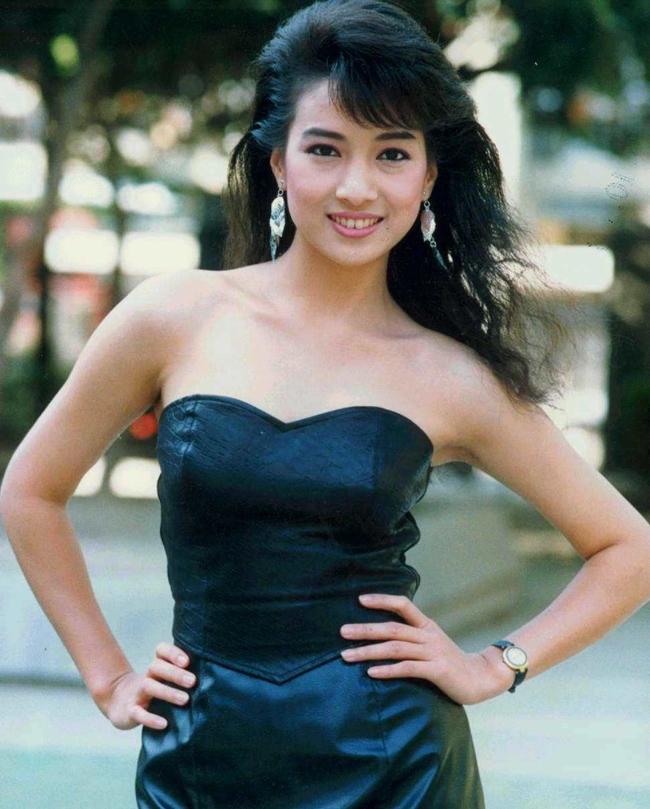 """Lâm Dĩ Chân sinh năm 1966, là người Đài Loan. Cô gia nhập làng giải trí vào năm 1986 với tác phẩm ấn tượng """"Gia đình có cô vợ thần tiên""""."""