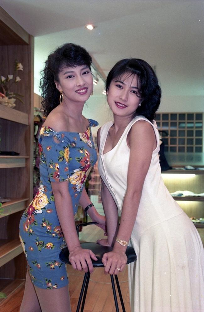 Sở hữu nhan sắc xinh đẹp, gương mặt khả ái cùng thân hình gợi cảm song người đẹp họ Lâm (người mặc váy hoa) không mấy mặn mà với làng giải trí. Sau khi kết hôn, cô tập trung chăm sóc tổ ấm nhỏ và rời làng giải trí ở tuổi 30.